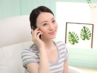 相談の電話をする女性